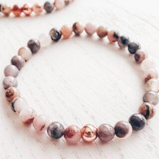 • RHODONIET • Heb jij deze nieuwe armbandjes gemaakt uit Rhodoniet al ontdekt in onze webshop? 🙌🏾 • Rhodoniet is een veelkleurig mineraal, met zwarte 'adertjes', beter gekend als 'dendrieten'. 🖤 • Rhodoniet versterkt je gevoel van intuïtie en geeft je veerkracht om nieuwe dingen te ontdekken. • Al onze armbanden worden met hand gemaakt. De stenen worden met veel precisie uitgekozen. 🍀 • Je shopt deze en tal van andere Rhodonietarmbanden via de webshop. • www.jes-jewels.be •