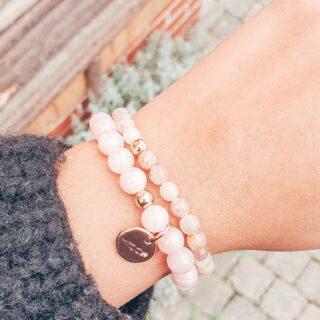 • ZONNESTEEN & JADE • Wat vind jij van deze leuke combinatie? 🍃 • Zonnesteen en Jade passen heel goed samen. Zonnesteen verbetert je humeur en stimuleert zelfvertrouwen en optimisme. Jade geeft je zin voor realiteit en leert je luisteren naar je lichaam. • Je shopt beide armbandjes individueel via de webshop. Al onze armbanden worden met veel liefde met de hand gemaakt. ❤ • www.jes-jewels.be •