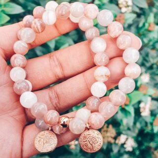 • ZONNESTEEN • Schattebollen, we hebben kei toffe nieuwe Zonnesteen armbanden. ☀️ • Zonnesteen is een prachtige steen in oranje, bruin-rode tinten. Je herkent hem aan de typerende 'glinsterende' insluitsels.🧡 • Zonnesteen dankt zijn naam aan z'n 'zonnige karakter'. Het dragen van een Zonnesteen armband maakt je energiek, vrolijk én het is een boost voor je creativiteit. • Je shopt deze en tal van andere Zonnesteen armbanden via de webshop. • www.jes-jewels.be •