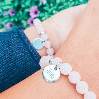 • SISTERS • Lieve schattebollen, Jes heeft iets nieuw! • Heb jij ook een fantastische zus die je graag wil verrassen met een persoonlijk en uniek geschenkje? Dan zijn deze matching bracelets ideaal! 🙌🏾 • De armbanden worden gemaakt uit Rozekwarts, dé edelsteen die symbool staat voor 'liefde om je naasten'. ❤ • Je kan de armbanden shoppen per 1 of 2 stuks. • www.jes-jewels.be •