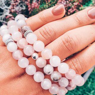 KUNZIET 🎀 ROZEKWARTS • Wat vind jij van deze prachtige melange van Kunziet en Rozekwarts? • Kunziet is is een veelkleurig, roze-paars spodumeen. De hoeveelheid mangaan in de steen zorgt voor de eerder paarse, of eerder roze kleur van Kunziet. • Kunziet is gekend als 'de steen van de toewijding'. 🙌🏾 • Je shopt deze en tal van andere Kunziet-armbandjes via de webshop. • Al onze armbanden worden met veel liefde, met de hand gemaakt. ❤ • www.jes-jewels.be •
